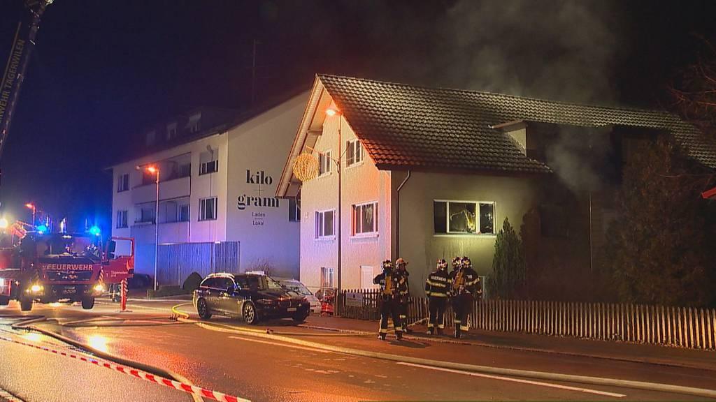 Person springt aus brennender Wohnung