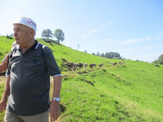 Dietiker-Senioren-Wanderung vom 12. September 2019 Zugerberg Gut ausgeschlafen versammelten sich 28 Seniorenwanderinnen- und Wanderer um 10:45 h am Bahnhof Dietikon. Der Wanderleiter Kurt Kubli versprach uns ein Traumwetter, so bestiegen wir frohen Mutes den Zug nach Zürich-HB, dort erwartete uns nach kurzer Umsteigezeit der IR 75, Richtung Luzern. Pünktlich um 11:35 h setzte er sich in Bewegung und wir machten uns bequem für die nächsten 30 Minuten Fahrt nach Zug. Doch nach wenigen Metern hielt der Zug völlig unerwartet wieder an. Was ist passiert war aus den Wandergesichtern fragend zu lesen. Nach einigem Rätselraten war aus dem Lautsprecher zu vernehmen: Der Zug nach Luzern verspätet sich auf unbestimmte Zeit wegen technischen Problemen. Nun verzog sich die Miene unseres Wanderleiters, das ganze Programm kann über den Haufen geworfen werden, wenn wir nicht rechtzeitig Bus und Bergbahn in Zug erreichen. Auch bei den Zugbegleitern machte sich eine gewisse Nervosität bemerkbar als 2 orange bekleidete SBB-Techniker unseren Wagen betraten und im Eingangsbereich die Abdeckungen der Schaltanlagen entfernten. Das Licht ging aus und er wurde immer ungemütlicher. Doch bald erhielten wir neue Infos, die Türen unseres Wagens lassen sich nicht mehr schliessen. Hat die SBB zurzeit nicht schon genügend Türprobleme und jetzt steht auch noch unser Zug und kommt nicht weiter. Zwischen Zürich und Luzern besteht ein ½-Stunden-Taktfahrplan. Unser Wanderleiter traf kurzerhand einen Entscheid: Wir nehmen den nächsten Zug nach Luzern und damit verschiebt sich das ganze Programm um je 30 Minuten. Also schnell Rucksack ergreifen und den inzwischen auf dem anderen Gleis eingetroffenen Zug einsteigen. So trafen wir mitten in der Mittagspause in Zug ein, bestiegen den bis zum letzten Platz besetzten Bus welcher uns zur Talstation der Zugerbergbahn brachte. Diese brachte uns zum Start unserer Wanderung auf 925 Meter Höhe über Meer. Kurze Information des Wanderleiters und los ging es mit einer
