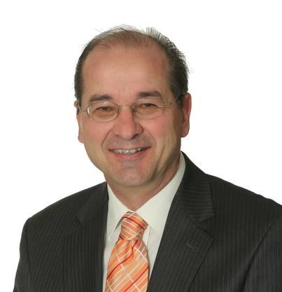 Am Dienstag nominierte die Mitgliederversammlung der SVP Amtei Solothurn Lebern Roberto Conti als Nationalratskandidaten zuhanden der Kantonalpartei.Der 1958 in Solothurn geborene Kantonsschullehrer für Wirtschaft und Recht ist verheiratet und Vater von zwei Kindern. Familiär ist er mit der Landwirtschaft eng verbunden. Conti ist seit 2009 im Gemeinderat der Stadt Solothurn und wurde 2013 in den Kantonsrat gewählt, wo er Mitglied der Bildungs- und Kulturkommission ist. Er hat keine Interessenbindungen und will unbeeinflusst die Parteilinie vertreten. Seine Ausrichtung ist die Bildungs-, Sicherheits-, und Migrationspolitik. Conti setzt sich für eine unabhängige Schweiz ein, die sich fremden Forderungen selbstbewusst entgegenstellt.Roberto Conti sorgt sich über politische Tendenzen in unserem Land und speziell in Bundesbern. So hat er sich zum Ziel gesetzt, Fehlentwicklungen zu stoppen und zu korrigieren. Die Politik soll wieder für das Volk arbeiten und nicht daran vorbei. (mgt)