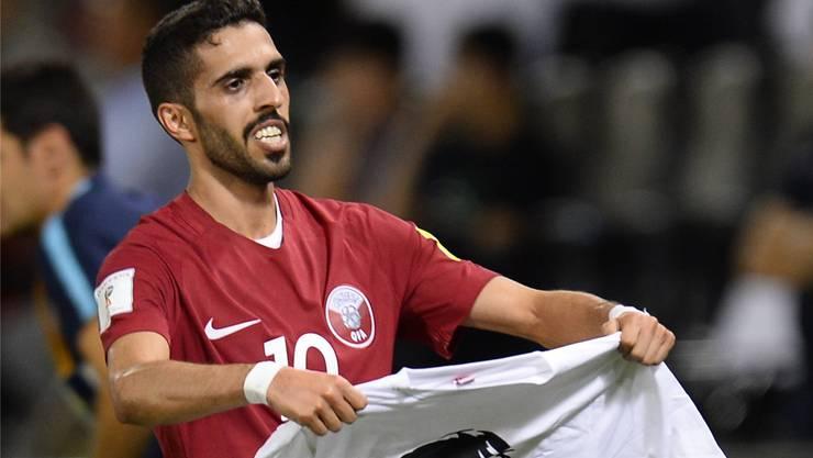 Katars Nationalspieler Hasan al-Haydos mit einem Shirt mit dem Porträt von Emir Tamin. Noushad Thekkayil/keystone
