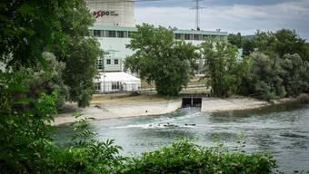 Die Betreiber des AKW Beznau entnehmen der Aare Wasser für die Kühlung.