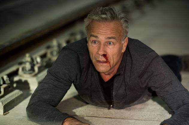 Max Ballauf (Klaus J. Behrendt) wird im U-Bahnhof niedergeschlagen und landet auf dem Gleis, als ein Zug einfährt.