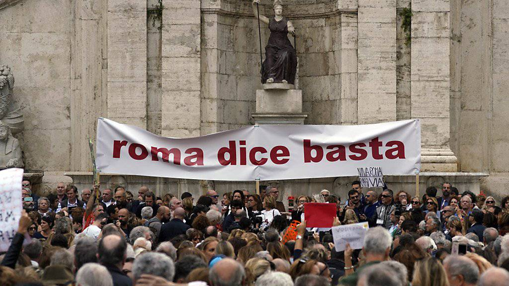 «Rom sagt Basta» - unter diesem Motto demonstrieren tausende Einwohner Roms gegen den Verfall ihrer Stadt.