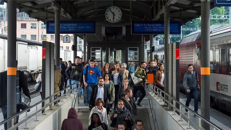 Der Schienenverkehr gerät preislich zunehmend ins Hintertreffen. In den vergangenen Jahren wurden Bahnreisende viel stärker zur Kasse gebeten als Autofahrer. (Symbolbild)