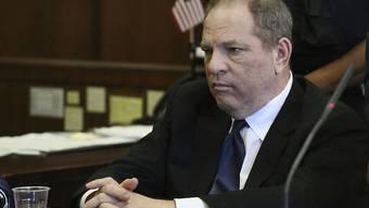 Harvey Weinsteins Haftpflichtversicherungen wollen nicht für die Anwaltskosten des gefallenen Hollywood-Produzenten aufkommen. Er sieht sich mit mehreren Klagen wegen sexueller Übergriffe konfrontiert. (Archivbild)