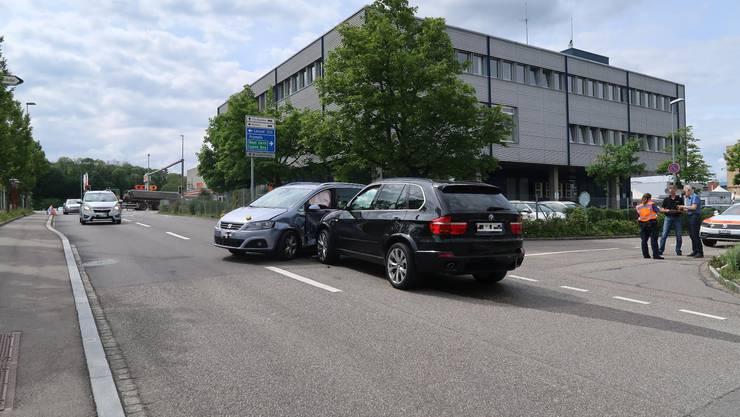 Auf der Verzweigung Schneckelerstrasse/Wölflerstrasse in Füllinsdorf sind am Montagnachmittag zwei Personenwagen zusammengekracht.
