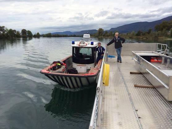 Das Polizeiboot zieht die neue Aarefähre von Arch bis zum Aareinseli.
