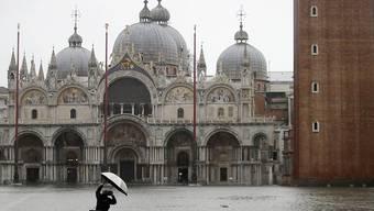 Der Wasserstand in Venedig ist am Freitagvormittag weiter angestiegen. Aus Sicherheitsgründen wurde der komplette Markusplatz gesperrt.(Archivbild)