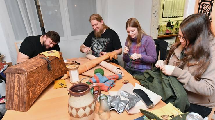 Die Moderne trifft auf die Historik: Christoph Gasser, Michael Lauber, Victoria Browne und Magdalena Petermann (von links) beim Basteln.