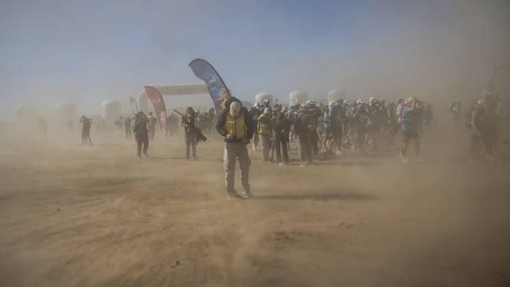 """Gegen den Wüstenwind: die Teilnehmer des 33. """"Marathon des Sables"""" in der Sahara. Klicken Sie sich durch die Bildergalerie."""