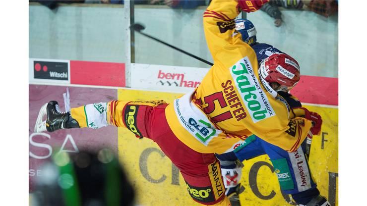 Hitziges Derby: Langenthal's Stefan Schnyder (H) im Kampf um den Puck gegen Tigers Philipp Schefer.