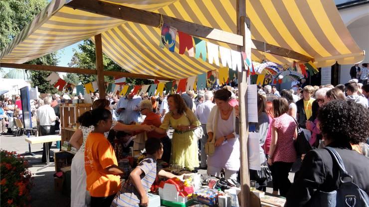 Nicht nur über Ricardo-Auktionen, sondern auch über Flohmärkte wie hier in Muri verkauft die Impulsgruppe Artikel zugunsten des Hilfswerks
