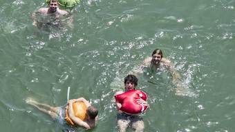 Weil der Rhein mit Öl verschmutzt ist, raten die Behörden vom Schwimmen im Fluss ab.