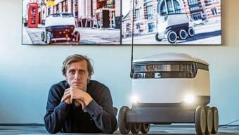 Ahti Heinla, Mitgründer von Starship Technologies, mit dem Roboter des Unternehmens. Bild: Mihkel Maripuu/Imago (Tallinn, 30. November 2018)