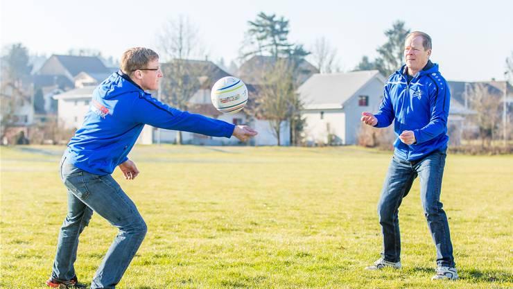 Faustball-Neuendorf-Trainer Daniel Pfluger mit seinem Vater Stefan Pfluger, der in den 70er-Jahren beim ersten NLA-Aufstieg des Vereins aktiv dabei war.