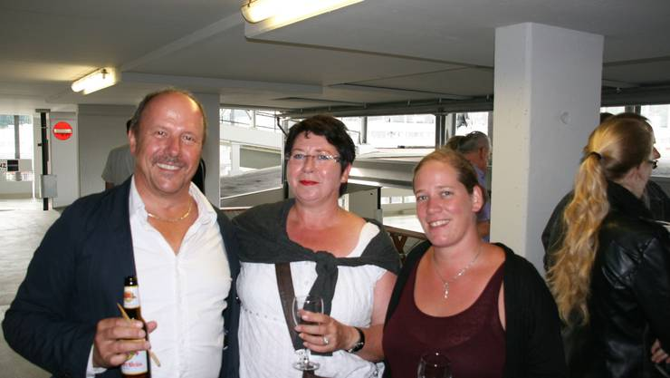 Von links, Roland Meier, vom Malergeschäft, Stadträtin Daniela Oehrli und die verantwortliche Malerin Ramona Kohler freuen sich über das helle Parkhaus