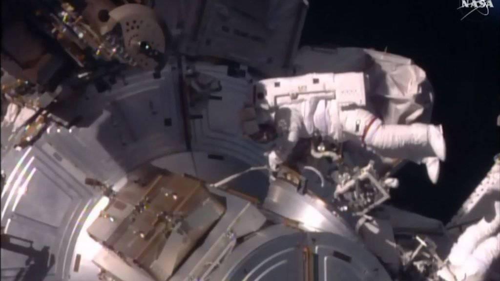 Die beiden Astronauten bei den Wartungsarbeiten im Weltraum.