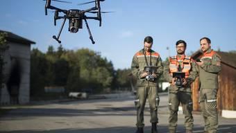 Die ersten Drohnen-Piloten des Ausserrhoder Zivilschutzes während ihrer Ausbildung am Mittwoch, 19. September, in Teufen AR. Die Drohnen ermöglichen etwa bei Murgängen oder Überschwemmungen, die Lage rasch aus der Luft zu überblicken.