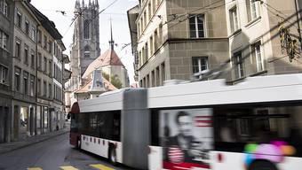 Auch dieser Trolleybus der TPF wird im neuen Betriebs- und Unterhaltszentrum in Givisiez gewartet. (Archivbild)