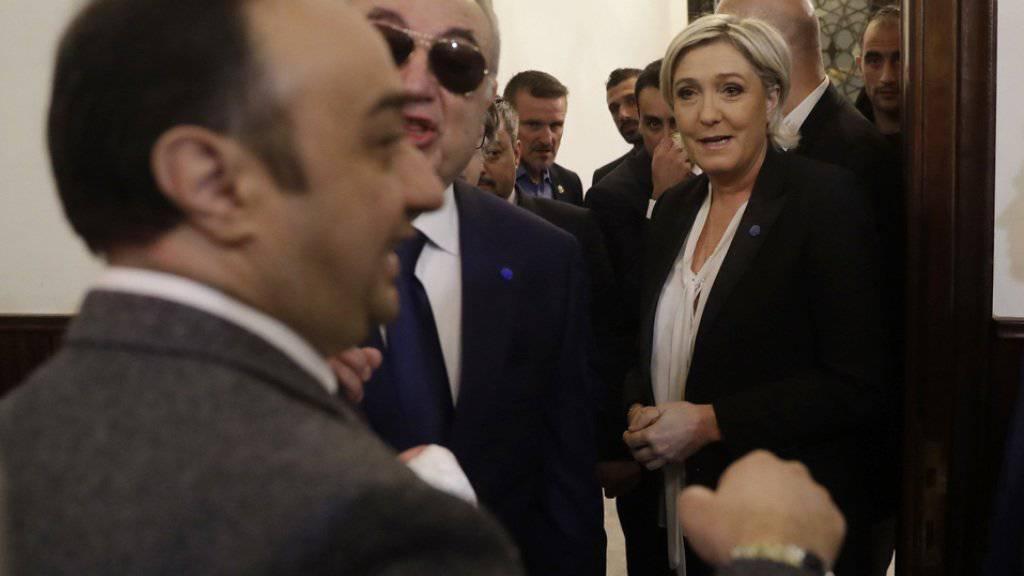 Marine Le Pen (rechts) am Dienstag am Eingang zum Dar al-Fatwa-Gebäude in Beirut, wo der Grossmufti seinen Sitz hat.