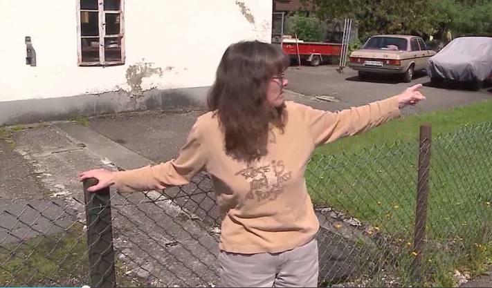 Die Mutter von Paul zeigt, wohin ihr Sohn verschwunden ist.