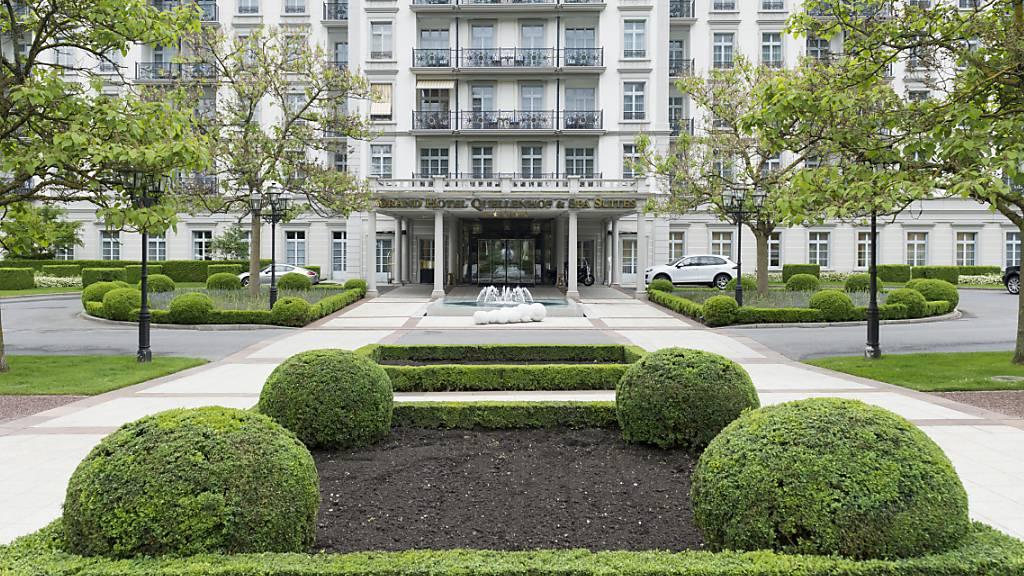 Nach dem Einbruch im Coronajahr 2020 blickt die Hotelvereinigung Swiss Deluxe Hotels (SDH) wegen den jüngsten Lockerungen des Bundes vorsichtig optimistisch auf die diesjährige Sommersaison. Im Bild das Grand Hotel Quellenhof in Bad Ragaz. (Archivbild)