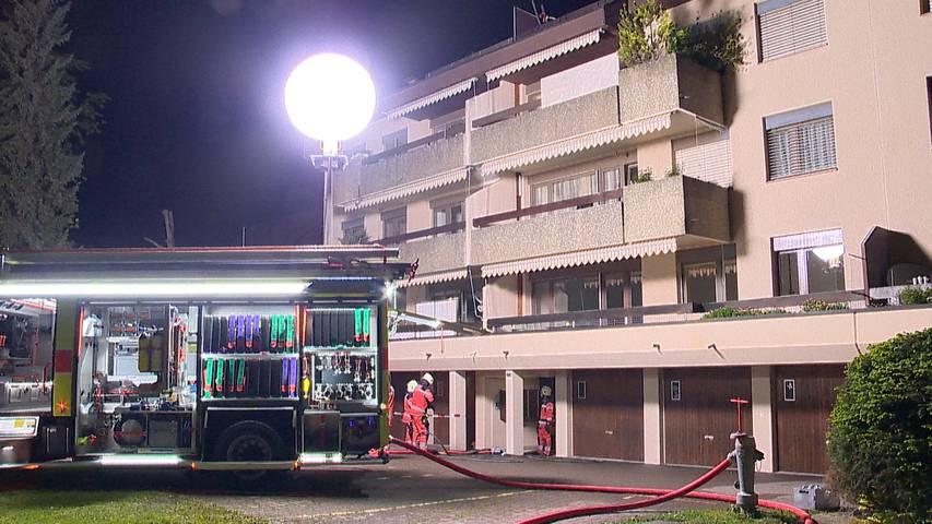 Wolfhausen (ZH): Wohnungsbrand fordert zwei verletzte Feuerwehrmänner