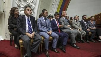 Ausländische Diplomaten verfolgen demonstrativ die Zusammenkunft des von der Opposition dominierten Parlaments von Venezuela am Samstag.