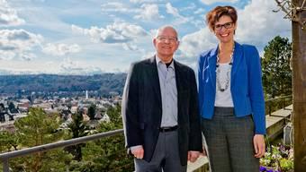 Verwaltungsratspräsident Raymond Picard und Geschäftsleiterin Bernadette Flükiger auf der Terrasse des Pflegezentrums St. Bernhard. Emanuel Freudiger