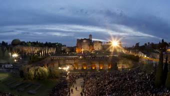 Tausende warten auf den Papst vor dem Kolosseum in Rom