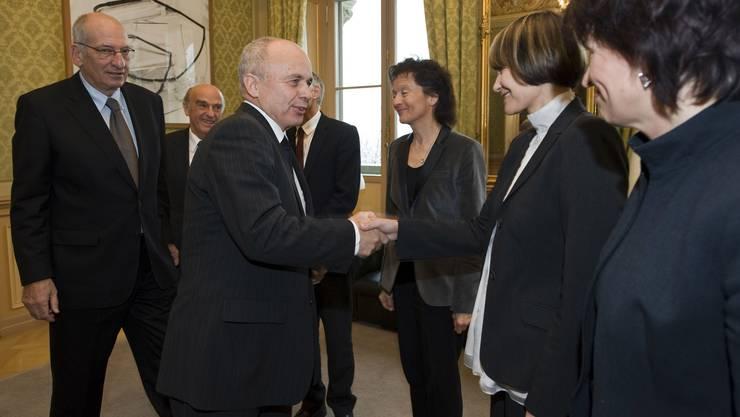 Pascal Couchepin (links) am 10. Dezember 2008: Er und die anderen Bundesräte gratulieren Ueli Maurer zur Wahl in den Bundesrat.