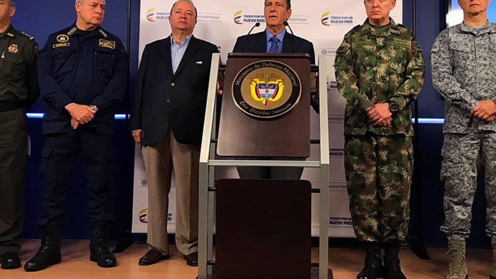 Vertreter der kolumbianischen Armee und der ELN-Guerilla verkünden den Waffenstillstand.