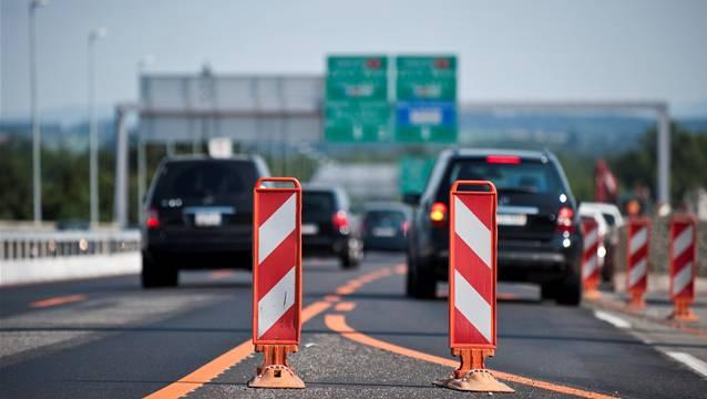 Auf der Autobahn hat sich eine Streifkollision zwischen zwei Autos ereignet (Themenbild).