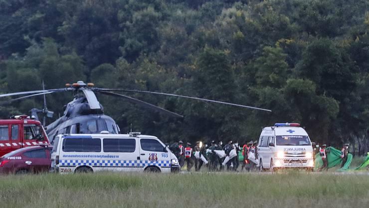 Endlich die erfreuliche Nachricht: Alle 13 Eingeschlossenen sind aus der Höhle in Thailand gerettet worden.