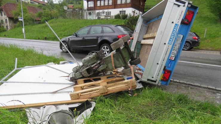 In Schlossrued geriet ein Auto inklusive Anhänger ins Schlittern.