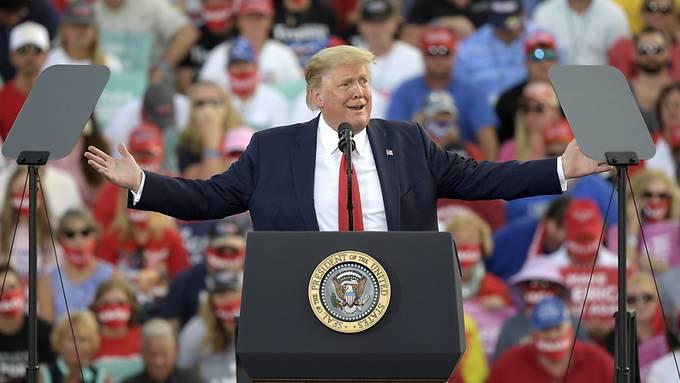 Donald Trump, Präsident der USA, spricht auf einer Wahlkampfkundgebung am Internationalen Flughafen Ocala.