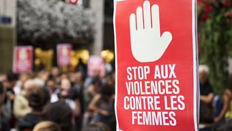 Rund 100 Personen protestierten nach dem Angriff in Genf gegen Gewalt an Frauen.