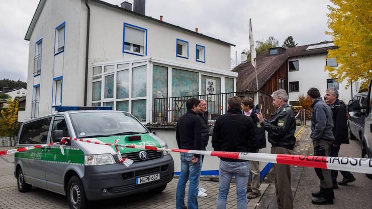 """Vor dem Haus, wo ein 49-jähriger """"Reichsbürger"""" vier Polizisten verletzte."""