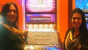 Nur wenige Minuten an dieser Slotsmaschine genügten dem jungen Aargauer, um sich den Hauptgewinn zu holen. Zwei Damen präsentieren den Cheque des Glücklichen.