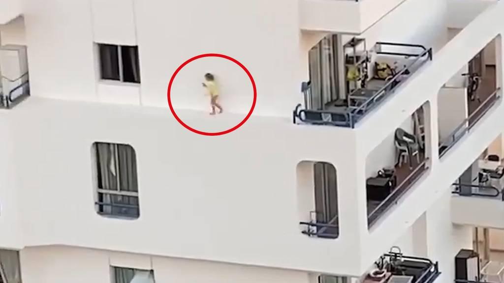 Horror-Video aus Teneriffa: Kleinkind balanciert auf Sims - unter ihm der Abgrund!