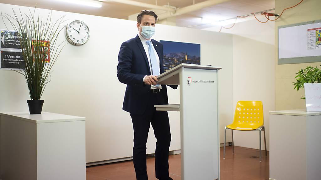 Gesundheitsdirektor Yves Noël Balmer bei der Begehung des kantonalen Impfzentrum gegen das Coronavirus am Montag in Herisau.