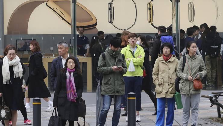 Dutzende Interessenten warteten in der Kälte stundenlang vor einem Apple-Geschäft in der Hauptstadt Tokio, bis der Laden am Morgen seine Türen öffnete.