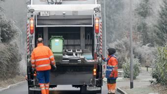 Einer der Kehrichtabfuhr-Mitarbeiter wurde auf dem Trittbrett stehend zwischen Kehrichtwagen und Lastwagen eingeklemmt. (Symbolbild)