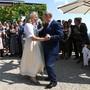 Österreichs Aussenministerin Karin Kneissl (links) und der russische Präsident Wladimir Putin (rechts) tanzen an der Hochzeit.