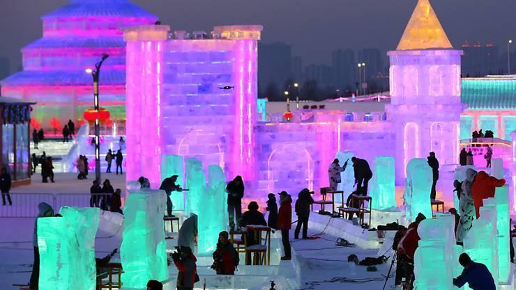 Manche Bauten in Harbin sind fertig und beleuchtet, an anderen Werken wird noch gearbeitet