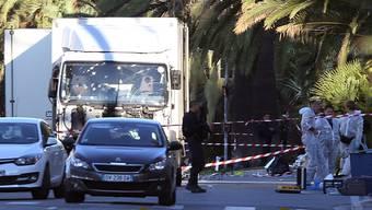 Mitarbeiter der Spurensicherung beim Lastwagen, mit dem der Täter in die Menschenmenge fuhr.