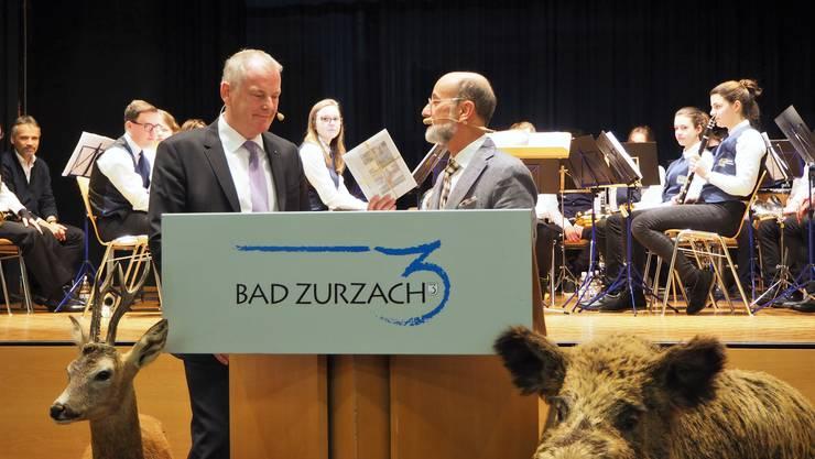 Reto S. Fuchs übergibt Stephan Attiger ein kleines Präsent.
