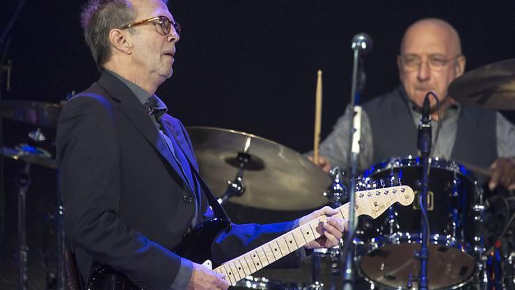 Eric Clapton bei einem Auftritt in Basel im November 2013: Er versteigerte eine seiner Gitarren zu Gunsten der Frau eines Freundes, die an Leukämie erkrankt ist. (Archivbild)