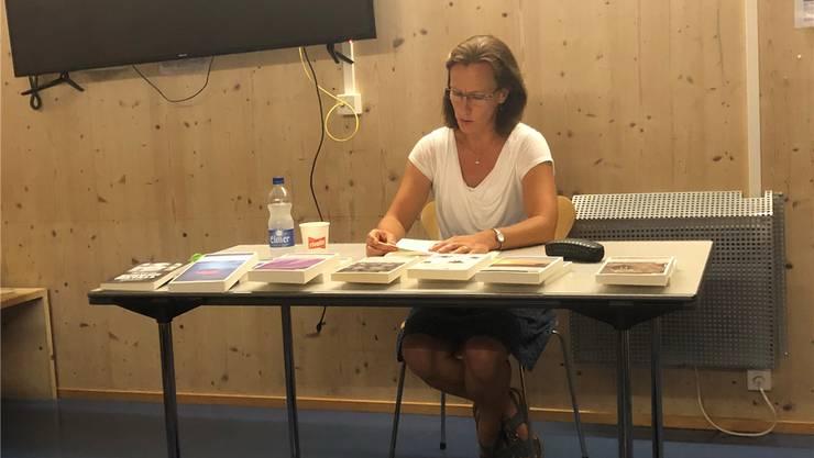 Ina Haller las in Tennwil aus ihrem siebten Buch vor.Anja Suter