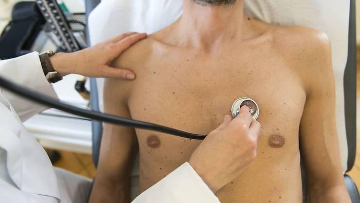 Der Streit um den Arzttarif Tarmed ist in vollem Gang. Der Krankenkassendachverband santésuisse befürchtet, dass die Ärzte unter dem neuen Regime mehr Leistungen abrechnen. (Symbolbild)